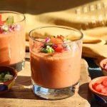 Eenvoudig Spaans gazpacho recept met gazpacho soep in glazen met garnering in kleine kommen