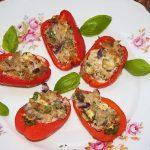 5 Tonijn gevulde minipe paprika's op een bord met verse basilicumblaadjes