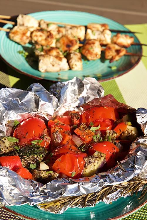 groentepakket op de BBQ in folie met kipspiesjes