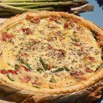 Quiche met groene asperges en ham klaar om op te dienen