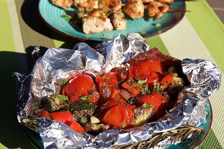 Mediterrane groenten op de bbq in folie met kipspiesjes