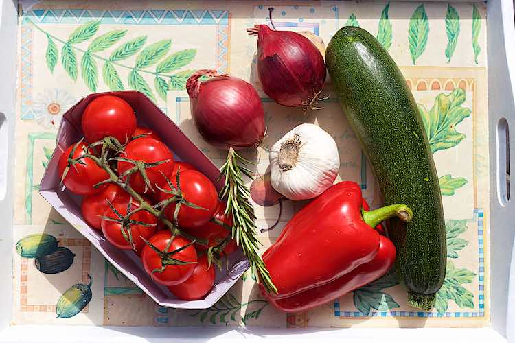 ingrediënten cocktail tomaat, courgette, aubergine, look, ui en rode paprika voor mediterrane groenten in papillot