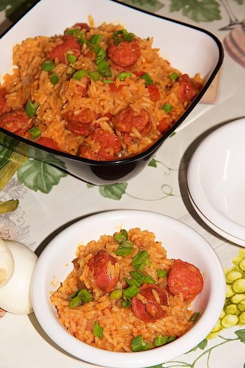Chorizo met rijst geserveerd in een kom met lente ui