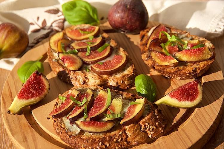 Bruschetta met verse vijgen en gorgonzola en basilicum op meergranenbrood