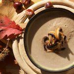 Gebakken champignons in een kom met gepofte kastanje en champignonsoep