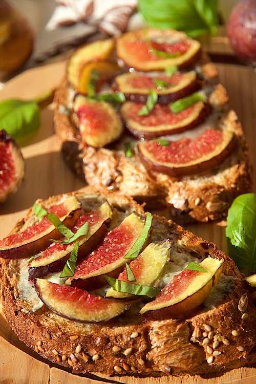 close up gorgonzola and fig bruschetta or fig crostini