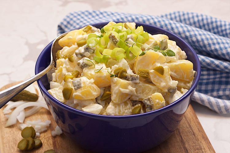 aardappelsalade recept met augurk, lente-ui, tijm in een blauwe kom