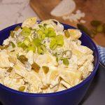 aardappel salade met augurken in een blauwe kom