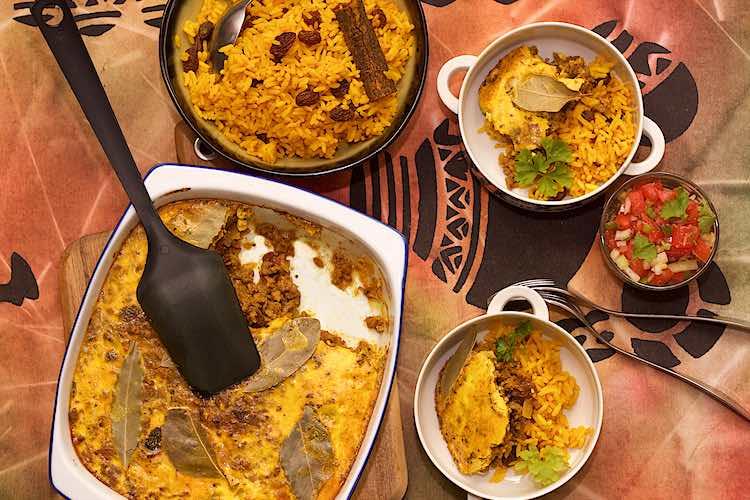 Zuid Afrikaanse gehaktschotel opgediend met gele rijst en tomatensambal