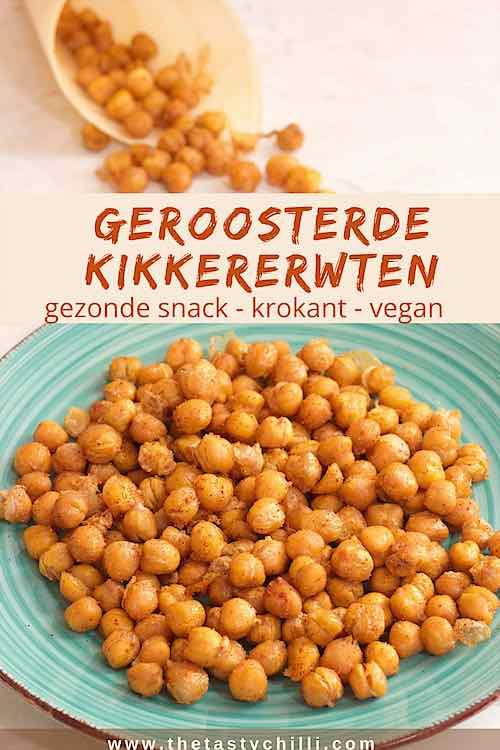 Geroosterde kikkererwten uit de oven op een blauw bord en in een puntzak zijn een gezonde snack en vegan