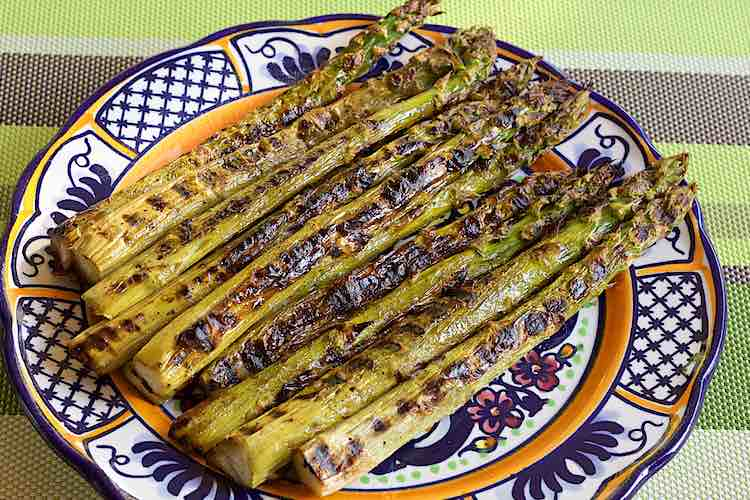 grilled asparagus green on a plate