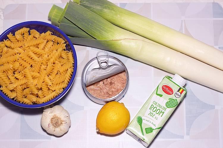 bovenaanzicht ingrediënten om tonijn pasta met prei te maken