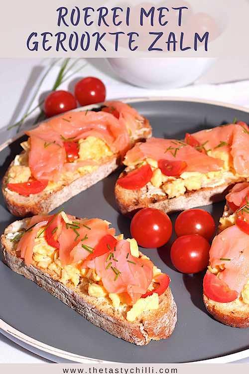 Gerookte zalm met roerei, bieslook en tomaat. Toast met roerei en gerookte zalm.