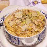 romige tonijn pasta met prei parmezaan in een kom met blauwe bloemen