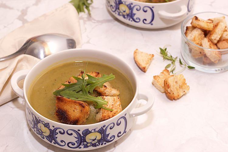 soep van courgette en rucola in een witte met blauwe kom