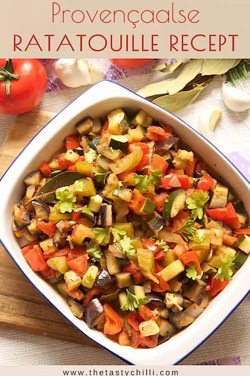 Provencaalse ratatouille recept of franse groenteschotel of franse groentestoofpot met aubergine, courgette, paprika, ui en tomaten