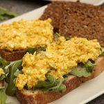 close up brood met zelfgemaakte eiersla en curry met rucola