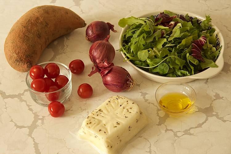 ingrediënten sla zoete aardappel halloumi kaas uien en kerstomaten