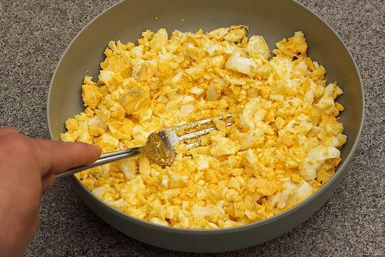 eieren prakken met vork voor salade