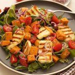 geroosterde zoete aardappel salade met gebakken halloumi kerstomaat en rode ui