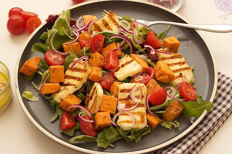 geroosterde zoete aardappel salade met halloumi rode ui en kerstomaten