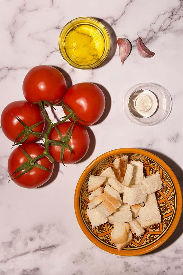 salmorejo ingrediënten tomaten olijfolie knoflook brood en azijn