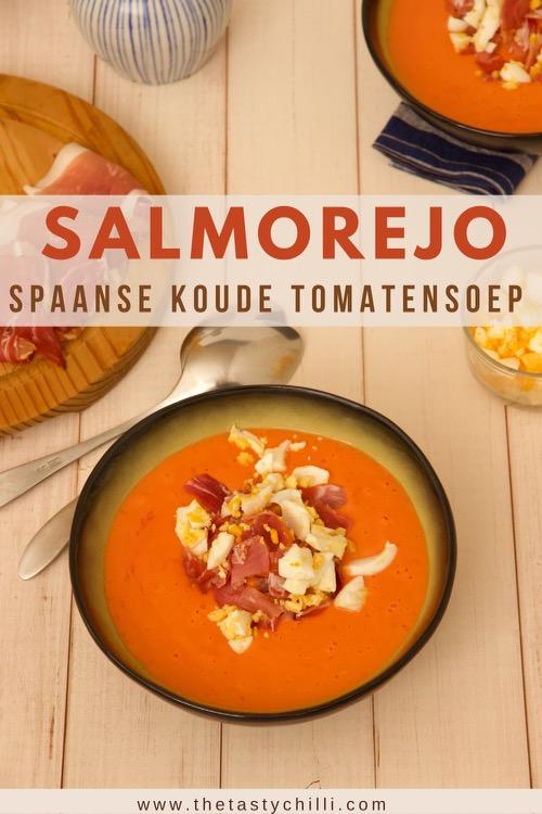 Salmorejo is een spaanse koude tomatensoep met tomaten olijfolie brood knoflook rauwe ham en ei