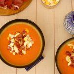 bovenzicht spaanse salmorejo met tomaten olijfolie ham hardgekookt ei brood en knoflook in kommen