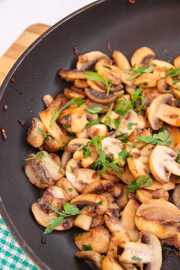 knoflook bakken in de pan met peterselie