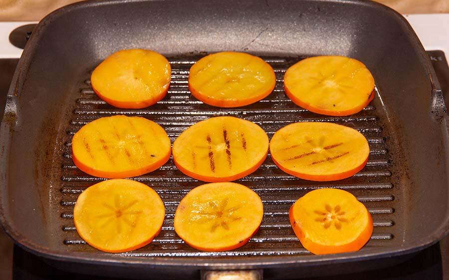 plakjes kaki vruchten grillen in een grill pan
